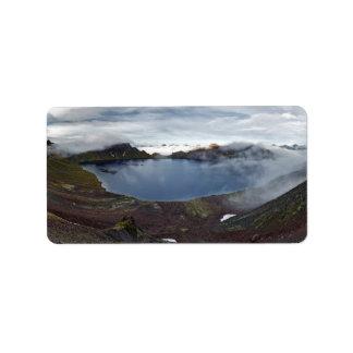火山の噴火口湖のカムチャツカ半島のパノラマの眺め 宛名ラベル