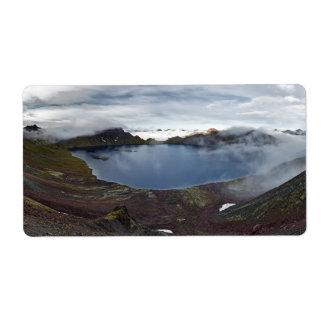 火山の噴火口湖のカムチャツカ半島の全景 ラベル