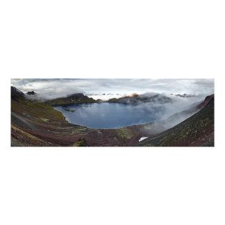 火山の噴火口湖の夏のパノラマの眺め フォトプリント
