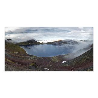 火山の大きい噴火口湖。 カムチャツカ半島、ロシア カード