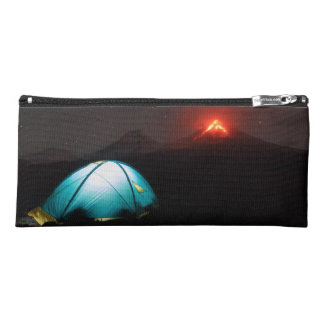 火山の背景の夜のツーリストのテント ペンシルケース