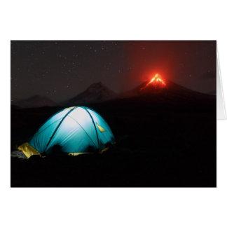 火山の背景の夜のTouristicキャンプ カード
