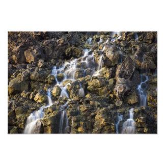 火山岩からの塩水の滝は落ちます フォトプリント
