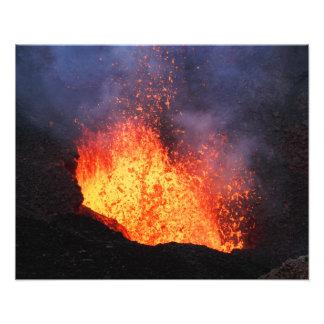 火山景色-噴火口からの熱い溶岩の噴火 フォトプリント