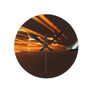 火花が付いている粉砕機の鋼鉄用具 ラウンド壁時計