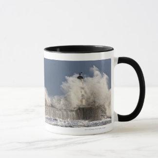灯台に対して衝突する波 マグカップ