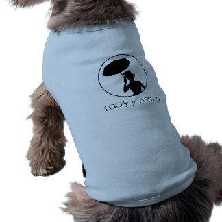 灰の小犬のワイシャツの女性 ペット服