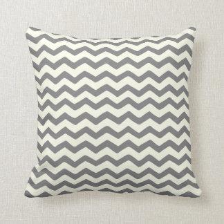 灰色およびクリームの枕のジグザグ形のシェブロンのストライプ クッション