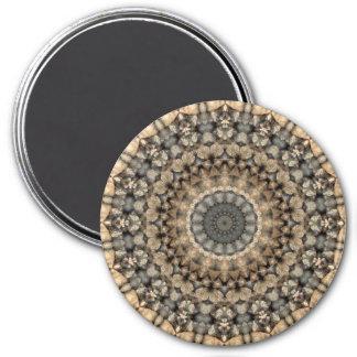 灰色およびベージュ小石の円形の曼荼羅の万華鏡のように千変万化するパターン マグネット