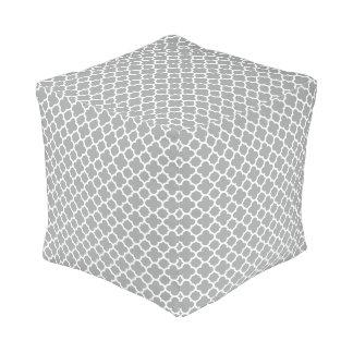 灰色および白いクローバー プーフ
