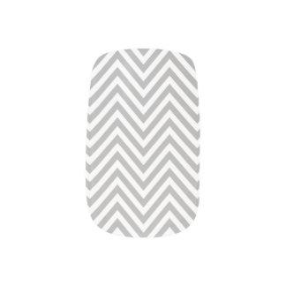灰色および白いシェブロンのジグザグ形のネイル ネイルアート