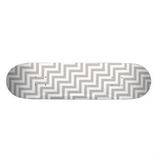 灰色および白いジグザグ形のストライプなシェブロンパターン スケートボード
