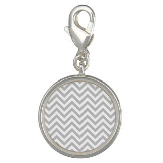 灰色および白いジグザグ形のストライプなシェブロンパターン チャーム