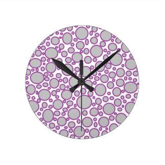 灰色および紫色の水玉模様の時計 ラウンド壁時計