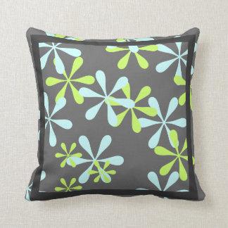 灰色および青/ティール(緑がかった色)の花柄の枕 クッション
