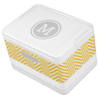 灰色および黄色のシェブロンのカスタムのモノグラム IGLOOクーラーボックス