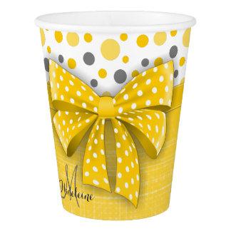 灰色および黄色の水玉模様、明るく黄色いリボン 紙コップ