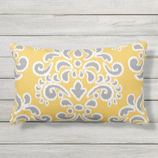 灰色および黄色イカットの花のダマスク織 アウトドアクッション