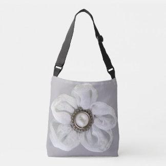 灰色がかったバイオレットの白い花 クロスボディバッグ