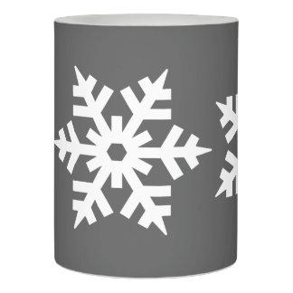 灰色に対するぱりっとした白い雪片 LEDキャンドル