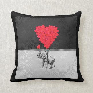 灰色のかわいい象および愛ハート クッション