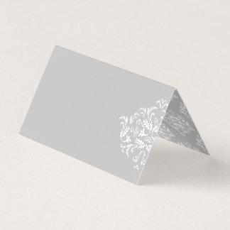 灰色のエレガントなダマスク織のブランクの座席表の白 プレイスカード
