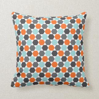 灰色のオレンジ水の青く幾何学的な六角形パターン クッション