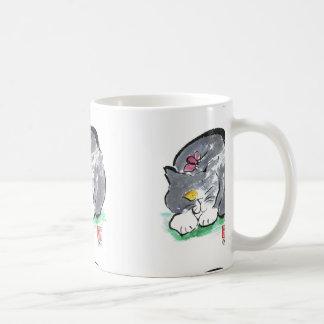 灰色のタキシード猫、Sumi-eの蝶土地 コーヒーマグカップ