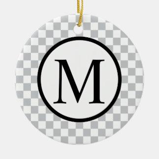 灰色のチェッカーボードが付いているシンプルなモノグラム セラミックオーナメント