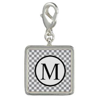 灰色のチェッカーボードが付いているシンプルなモノグラム チャーム