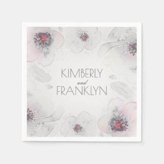 灰色のピンクの花の水彩画はBohoの結婚式に羽をつけます スタンダードカクテルナプキン
