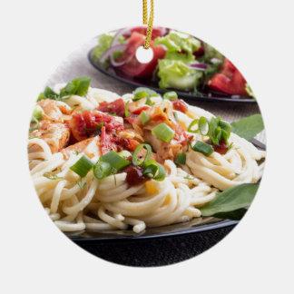 灰色のマットの家庭調理された食事-スパゲッティ セラミックオーナメント