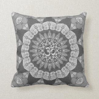 灰色のヨガのナマステの花柄の曼荼羅の陰は置きます クッション