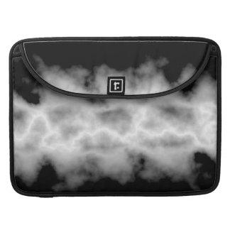 灰色の嵐雲の白い稲妻の雷雨の一見 MacBook PROスリーブ