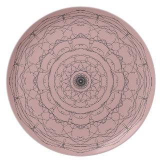 灰色の幾何学的設計のプレート プレート