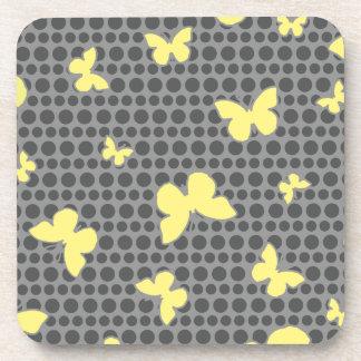 灰色の明るく黄色い蝶 コースター