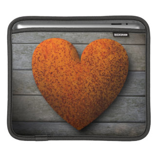 灰色の木製の背景のiPadの袖の錆ついたハート iPadスリーブ