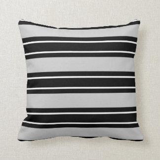 灰色の枕のシックで黒い及び白のストライプ、 クッション