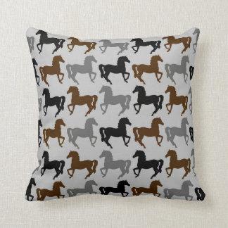 灰色の枕: 、灰色黒い、ブラウンの馬のシルエット クッション