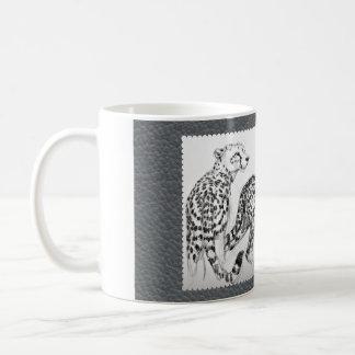 灰色の模造のな革のチータ コーヒーマグカップ