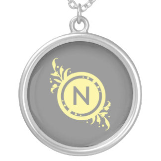 灰色の花のモノグラムの黄色 シルバープレートネックレス