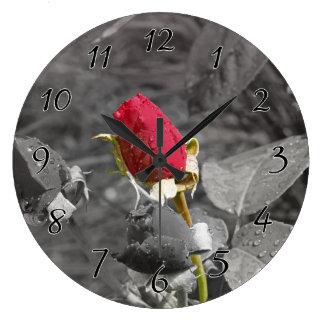 灰色の赤いバラのつぼみ ラージ壁時計