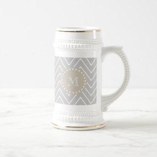 灰色及びベージュモダンなシェブロンのカスタムのモノグラム ビールジョッキ