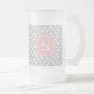 灰色及び明るいピンクのモダンなシェブロンのカスタムのモノグラム フロストグラスビールジョッキ