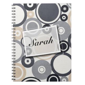 灰色大きい水玉模様および茶色のノート ノートブック