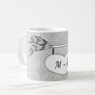 灰色白の落書きの芸術のハートの矢の旗の結婚式 コーヒーマグカップ