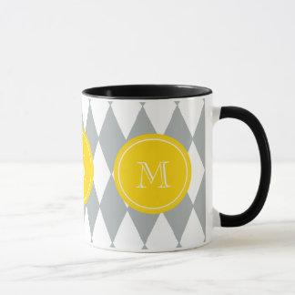 灰色白の道化師パターン、黄色いモノグラム マグカップ