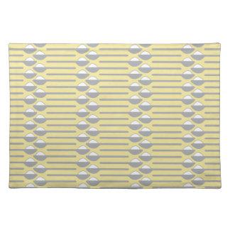 灰色砂糖のスプーンおよび黄色い布の場所マット ランチョンマット