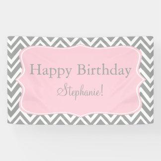 灰色、白いおよびパステル調ピンクのシェブロンの誕生日 横断幕