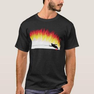 炎のTシャツを持つスラローム水スキーヤー Tシャツ